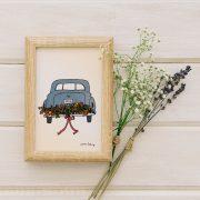 photo de carte d'une voiture décorée avec des fleurs pour un mariage